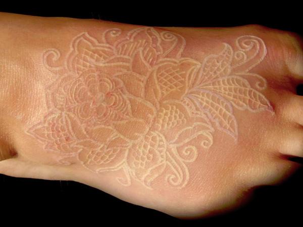Le Tatouage A Encre Blanche A La Mode Actualites Tattoos Fr