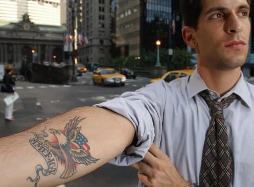 le tatouage au travail est-il entré dans les mœurs ? | tattoos.fr